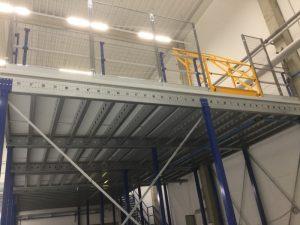 Entresol met leuningconstructie, palletopzetplaats ( kantelhek)